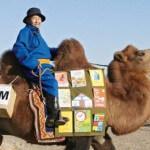 Mongólia: a biblioteca itinerante que viaja nas costas de um camelo